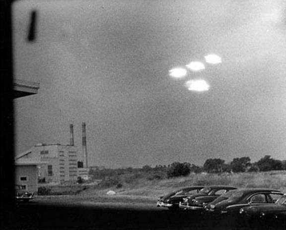 Salem Massachussetts UFOs - US Coast Guard Photo - 1952.jpg